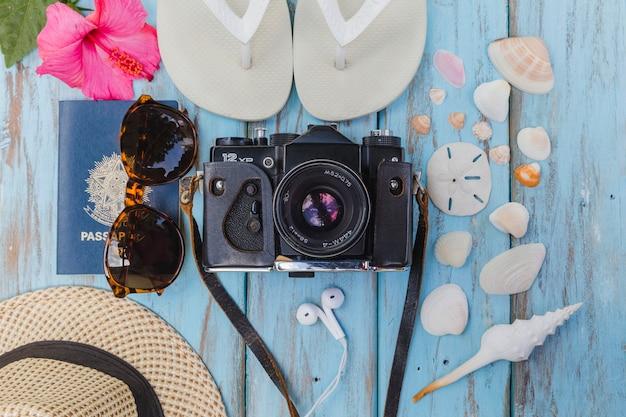 Câmera fotográfica e acessórios de praia