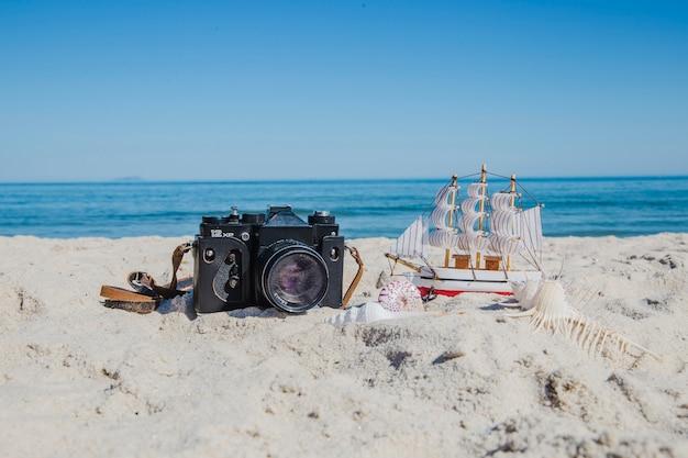 Câmera fotográfica e miniatura do navio