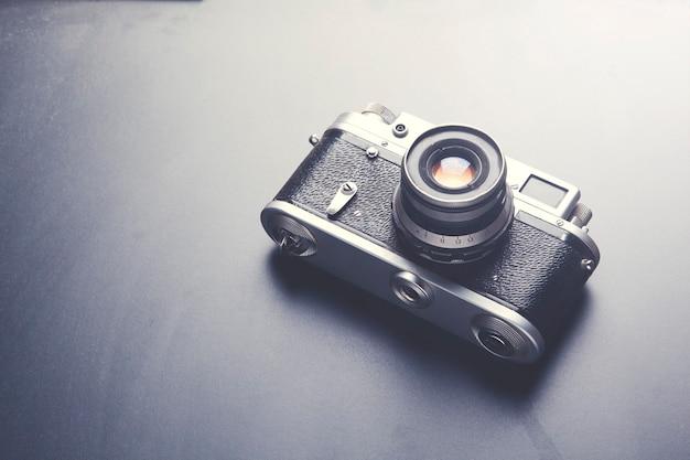 Câmera fotográfica em fundo preto de mesa