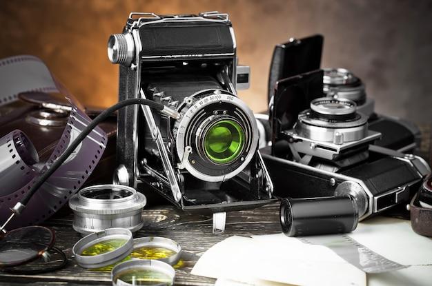 Câmera fotográfica mecânica antiga em um fundo antigo