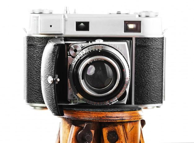 Câmera fotográfica mecânica velha em um fundo branco