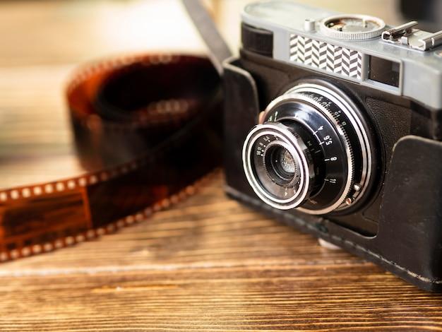 Câmera fotográfica retrô de close-up com filme
