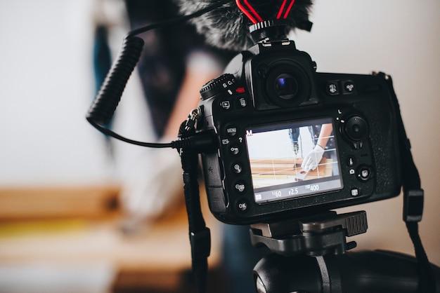 Câmera gravando um vídeo para um blogueiro diy