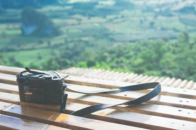 Câmera mirrorless colocar a mesa de madeira
