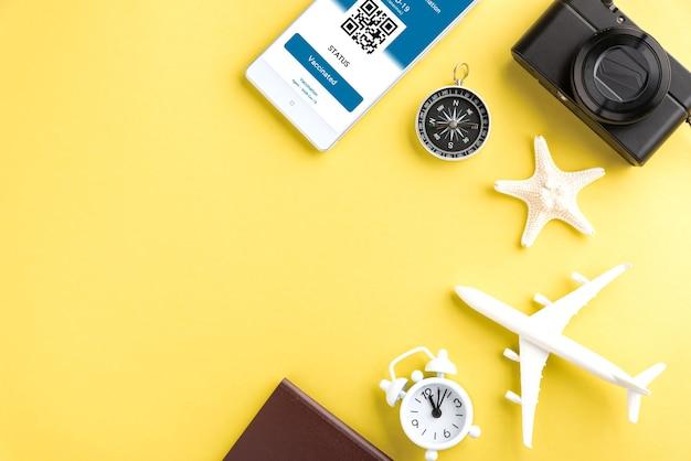 Câmera modelo de passaporte de avião e passe de imunidade arranjado aplicativo no smartphone