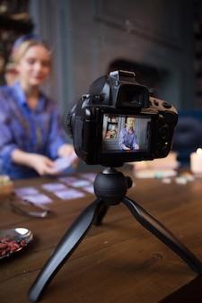 Câmera moderna. foco seletivo de um equipamento de tiro profissional em uso