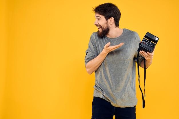 Câmera nas mãos de um fotógrafo profissional amarelo