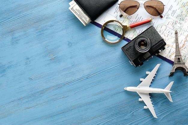 Câmera, óculos de sol, dinheiro em sua carteira, mapa e itinerário de viagem.