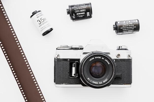 Câmera perto de fita adesiva e cassetes