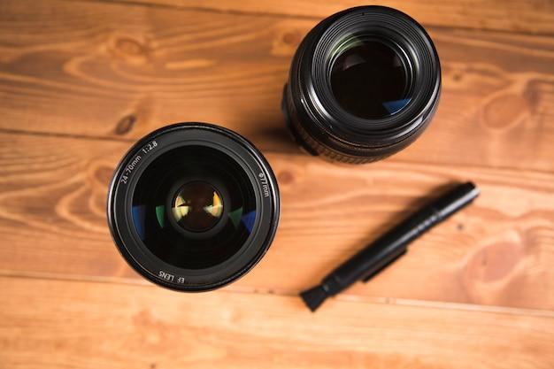 Câmera preta e lente na mesa