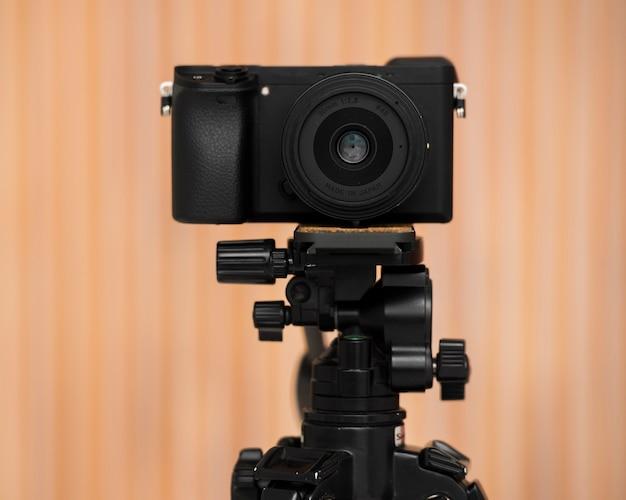 Câmera profissional de close-up em um tripé