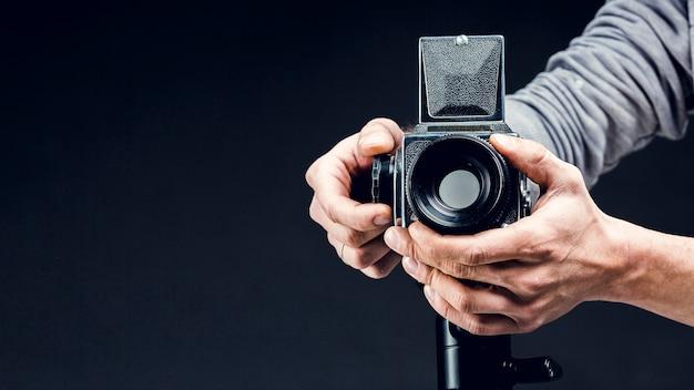 Câmera profissional de vista frontal sendo ajustada