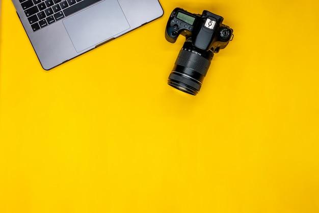 Câmera profissional e laptop