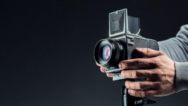 Câmera profissional preta sendo ajustada
