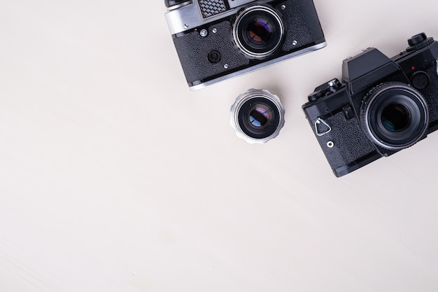 Câmera rangefinder de filme retrô vintage foto antiga e câmera slr com lente, copyspace vista superior fundo