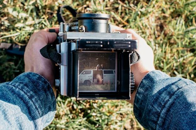 Câmera retro com casal na foto