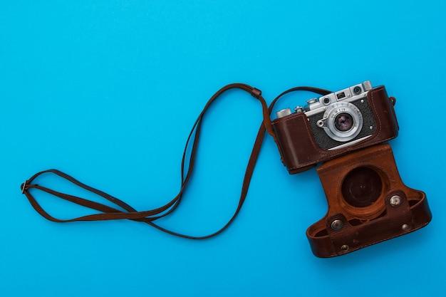 Câmera retro em estojo de couro