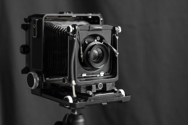 Câmera retro na parede preta