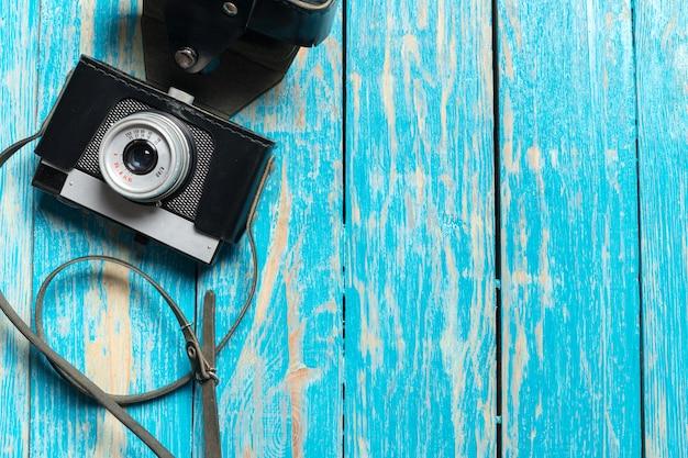 Câmera retro velha na mesa de madeira
