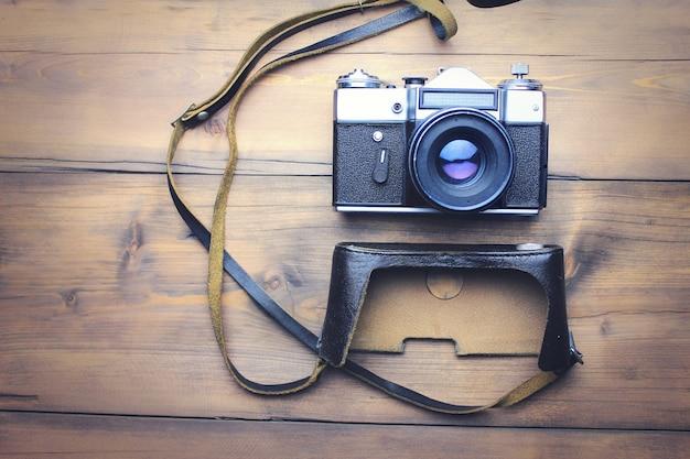 Câmera retro vintage no fundo da mesa de madeira