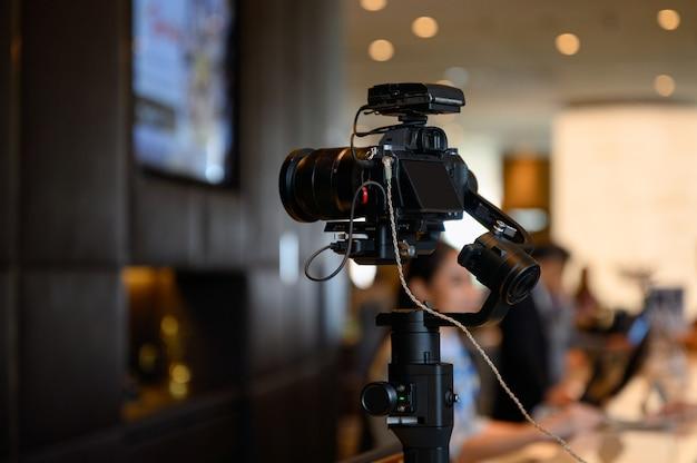 Câmera sem espelho com microfone sem fio no estabilizador do cardan