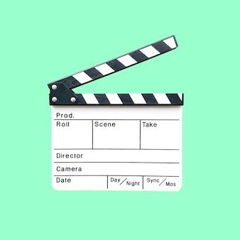 Câmera slate o equipamento para pós-produção de cinema isolado em verde.