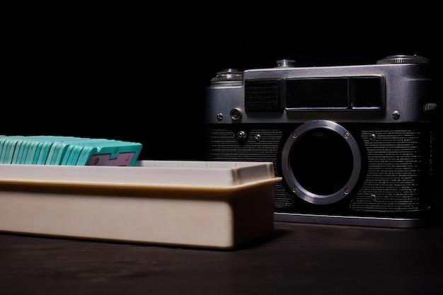 Câmera slr digital vs. analógica com slides, cartões de memória