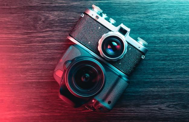 Câmera velha e nova. conceito de progresso tecnológico. luz azul e vermelha