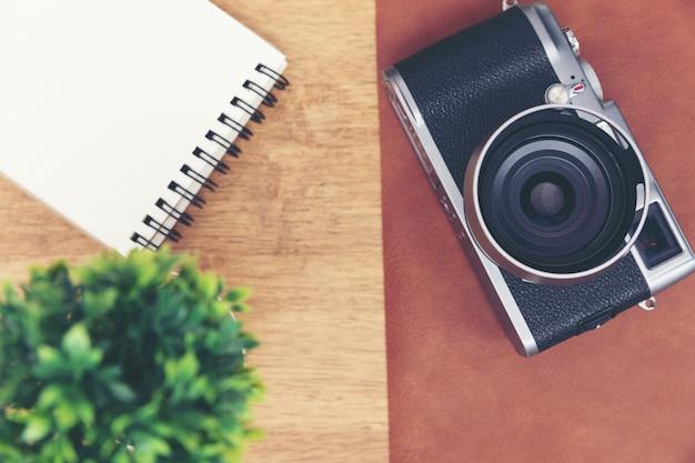 Câmera vintage com nota de papel na mesa de madeira