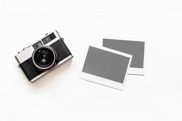 Câmera vintage com papel instantâneo vazio
