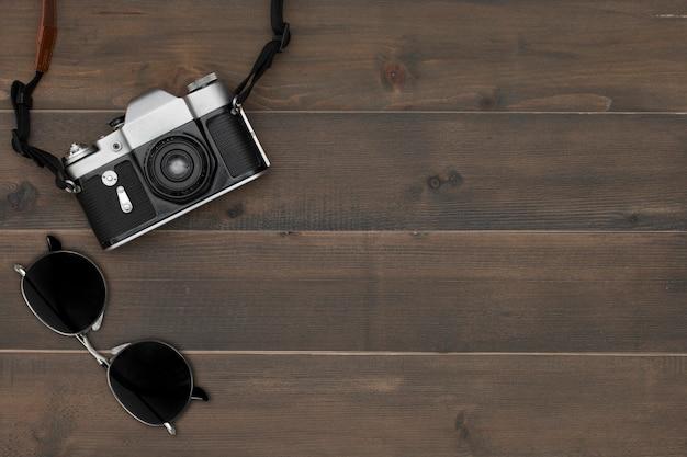 Câmera vintage e óculos de sol
