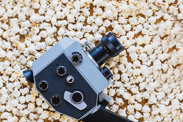 Câmera vintage em cima de pipoca