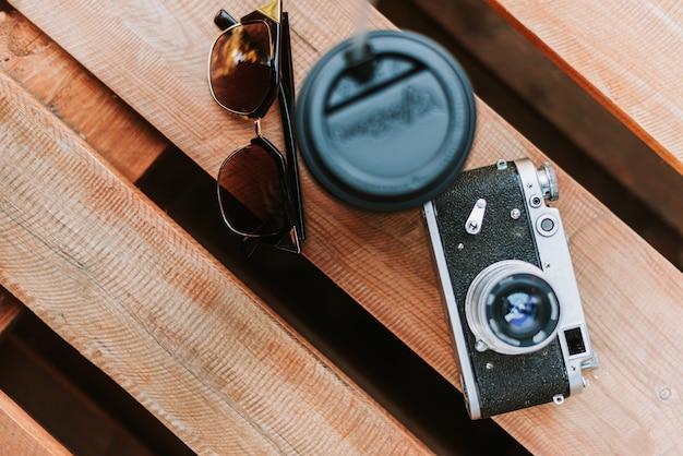 Câmera vintage em close-up de superfície de madeira
