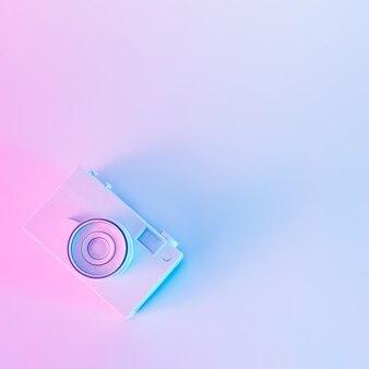 Câmera vintage em cores holográficas roxas e azuis vibrantes e arrojadas