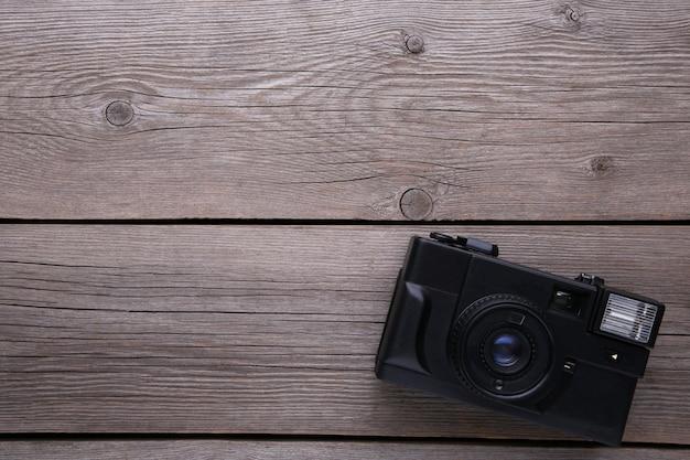 Câmera vintage em fundo cinza de madeira.