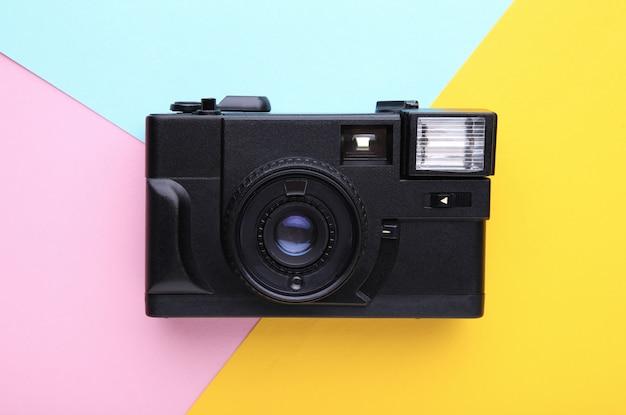 Câmera vintage em fundo colorido.