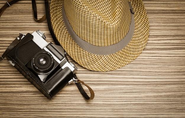Câmera vintage em fundo de madeira