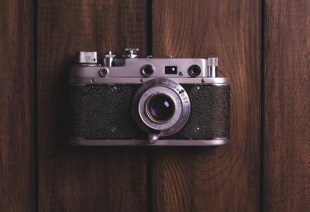 Câmera vintage em uma mesa de madeira