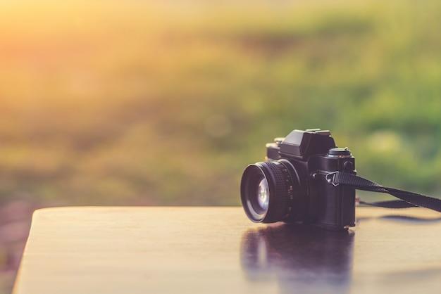 Câmera vintage em uma mesa