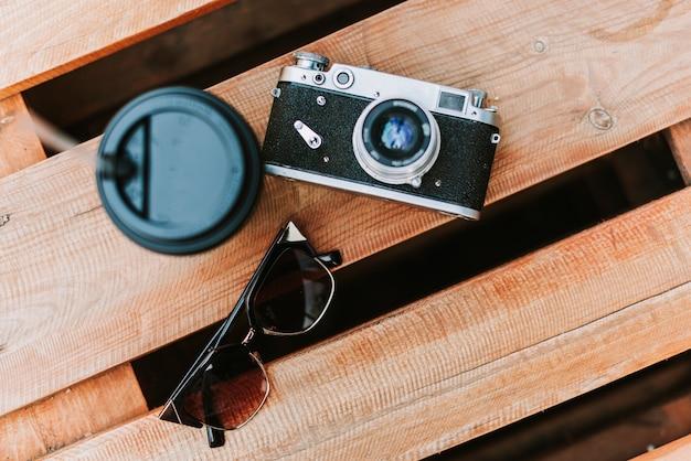 Câmera vintage em uma superfície de madeira