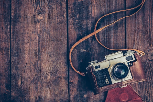 Câmera vintage retro velha no fundo de madeira grunge