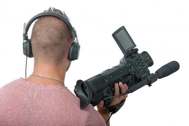 Cameraman com filmadora profissional e fones de ouvido, vista traseira