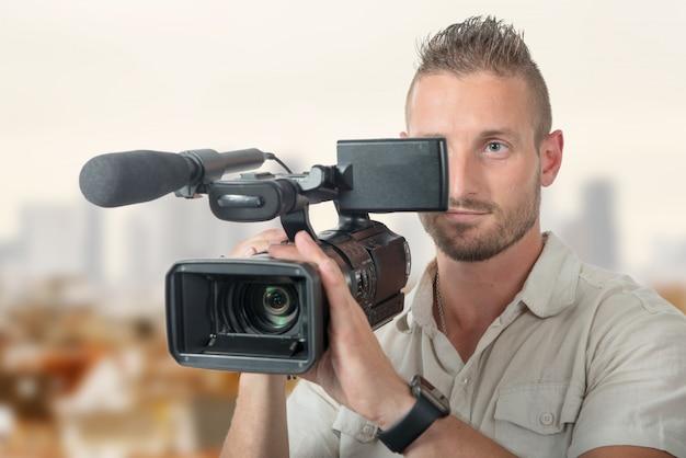 Cameraman considerável com filmadora profissional