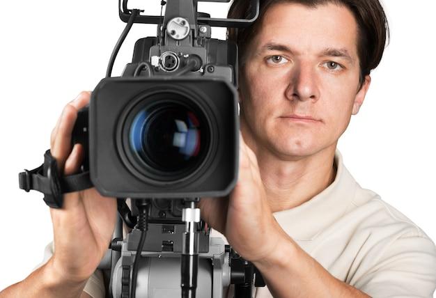 Cameraman trabalhando com câmera isolada no branco