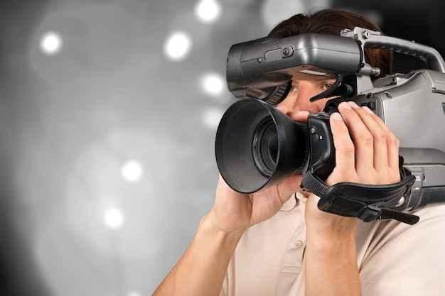Cameraman trabalhando com câmera isolada