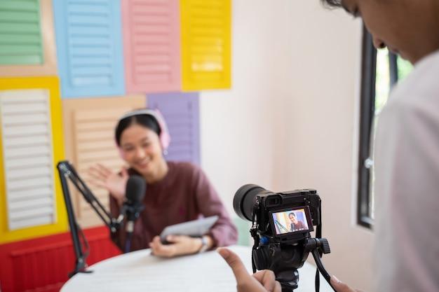 Cameraman usa câmera para gravar um podcast de garotas