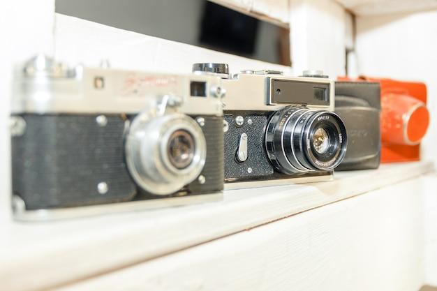 Câmeras antigas em foco suave no fundo