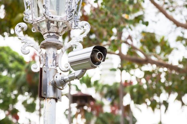 Câmeras cctv em postes.