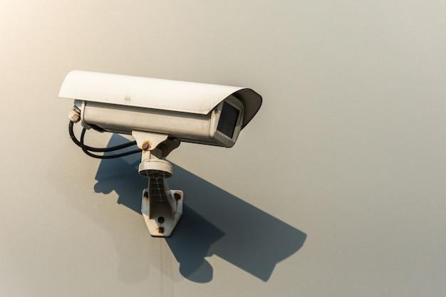 Câmeras de cctv são instaladas ao longo da rua em bangkok