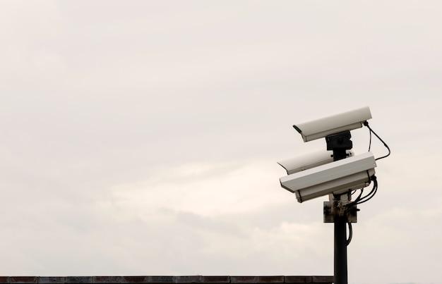 Câmeras de cftv de segurança em um poste de luz